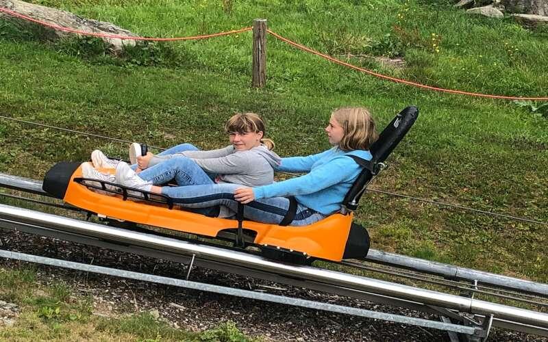 2 Mädchen auf Sommerrodelbahn