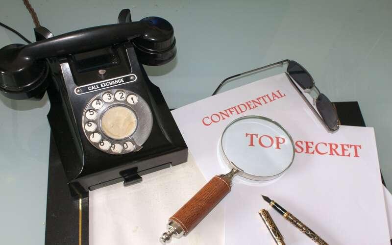 Telefon, Lupe, Notizpapier, Füller, Sonnenbrille