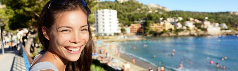 Klassenfahrt Mallorca fröhliche Schülerin
