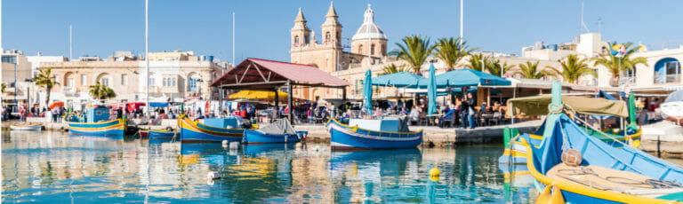 Klassenfahrt Malta Hafen mit bunten Fischerbooten